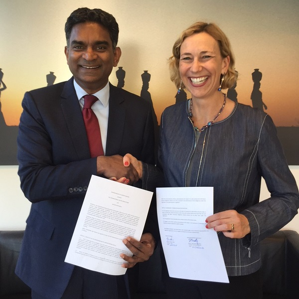 Kala Vairavamoorthy, IWA Excecutive Director and Eleanor Allen, Water For People CEO sign the MOU.